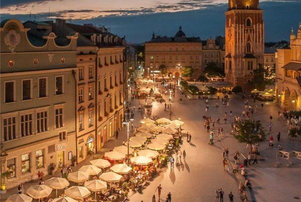 Plaza del mercado de Cracovia con su torre al fondo