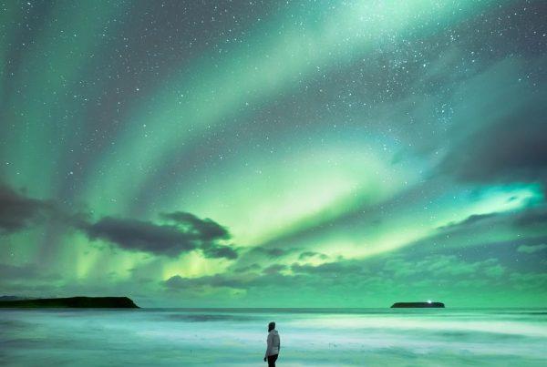 Espectacular aurora boreal en una playa de Islandia
