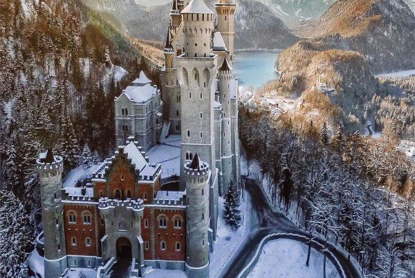Impresionante castillo de Neuschwanstein nevado en la región de Babaria en Alemania